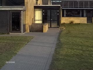 Nedgangen til kælderen på Haarby Skole. Når du er kommet ned af trapperne og går til venstre, findes skydebanen bag første dør på venstre side.