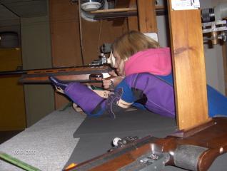 Junior skytte som er ved at gøre sig klar til at skyde.